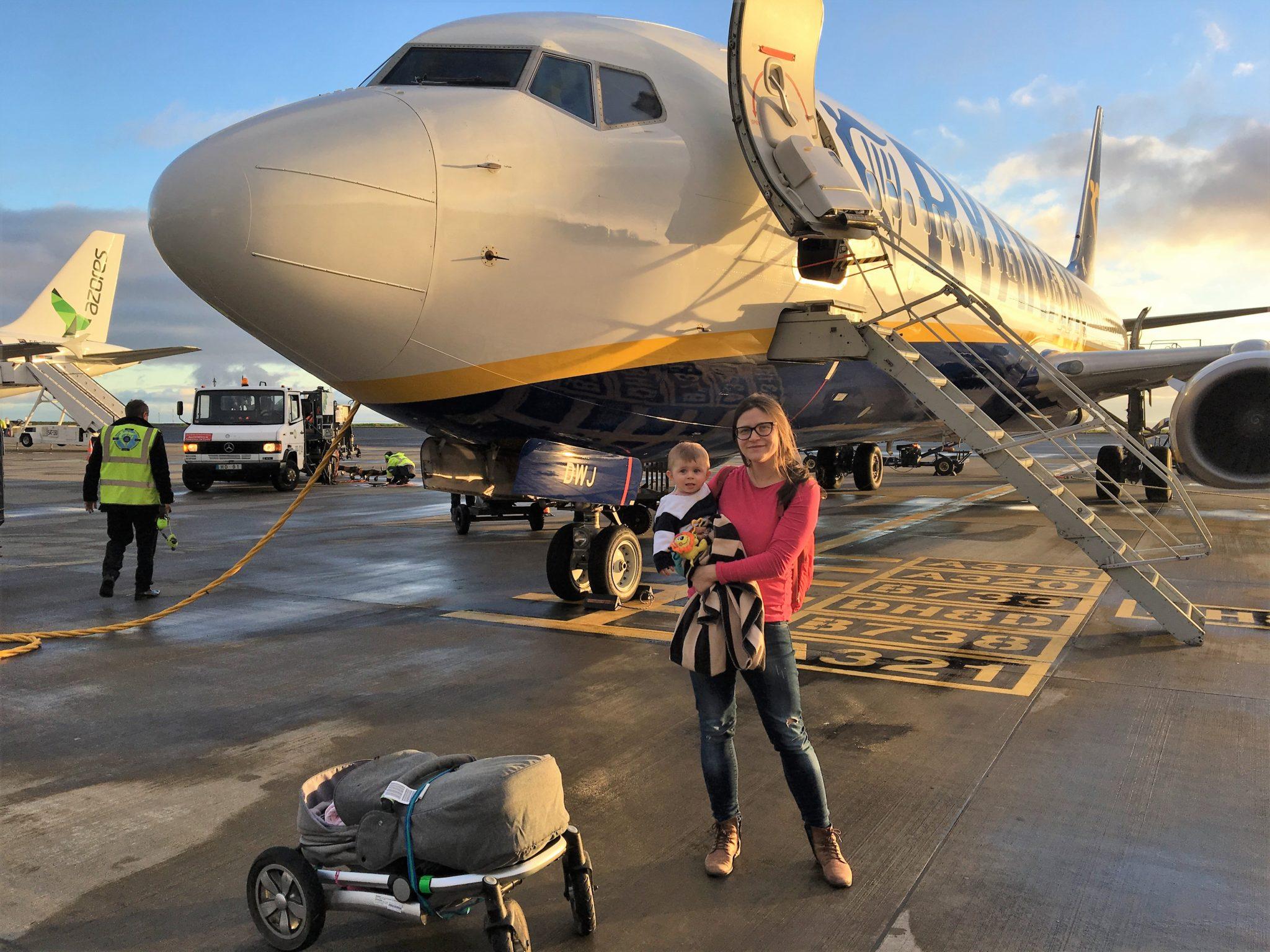 letadlo rodina cestuje